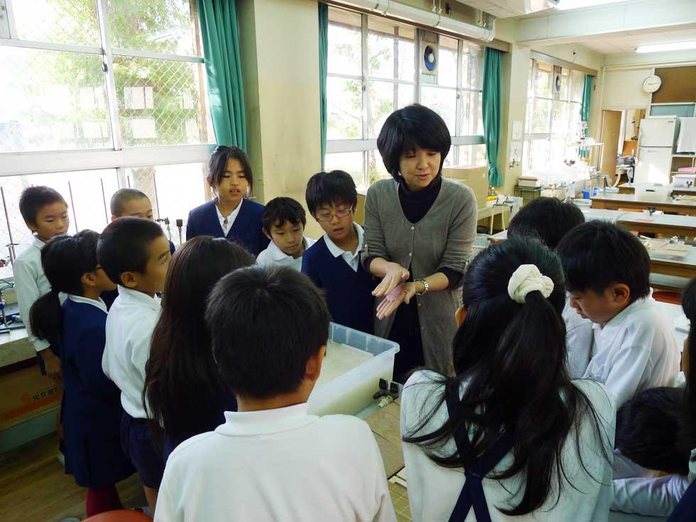 モノづくり体験教室>紙すき体験教室@孔舎衙小学校